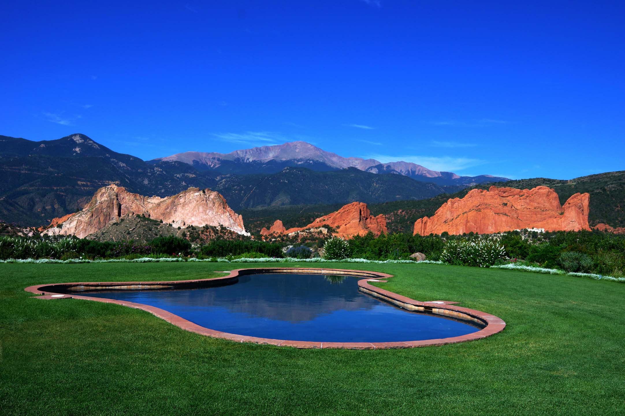 outdoor pool at garden of the gods club